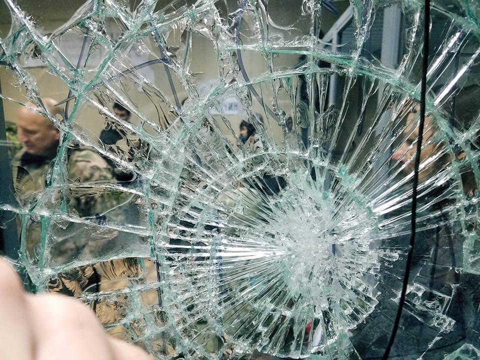 Эта неделя также ознаменовалась погромом в Святошинском райсуде Киева / фото Богдан Кутепов, Facebook