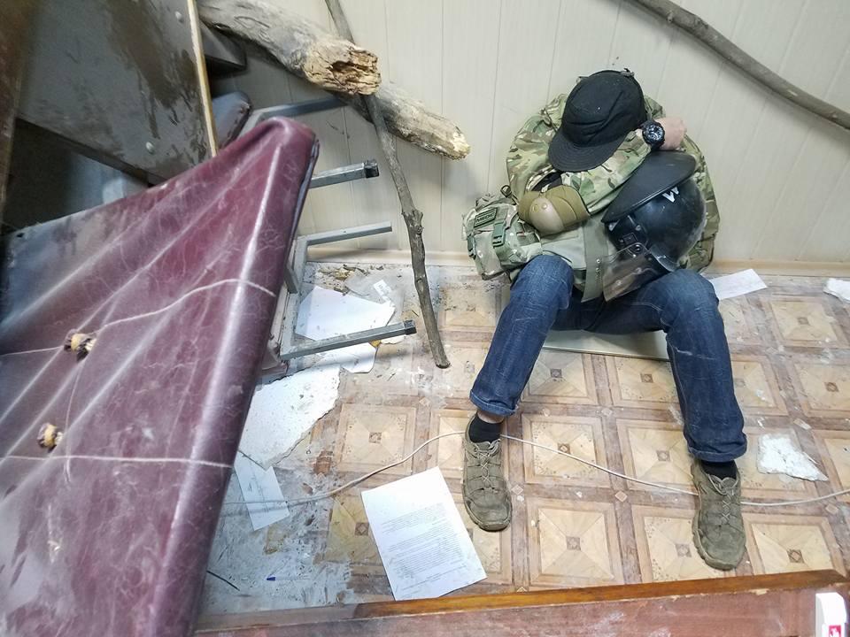 Ночью сторонники Коханивского устроили погром в помещении суда / фото Facebook Богдан Кутепов
