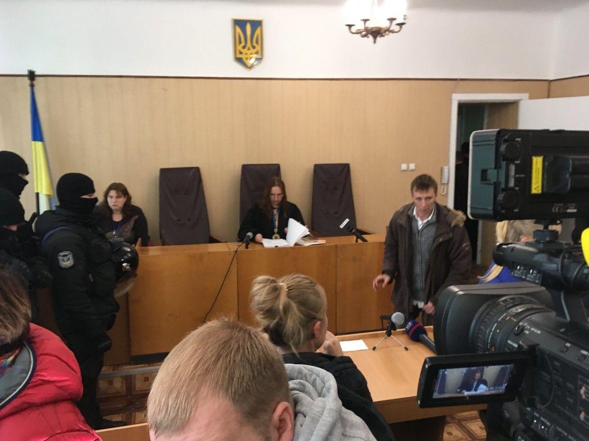 Засідання проводиться у сусідній з розгромленою залою судових засідань  / фото twitter.com/superumka