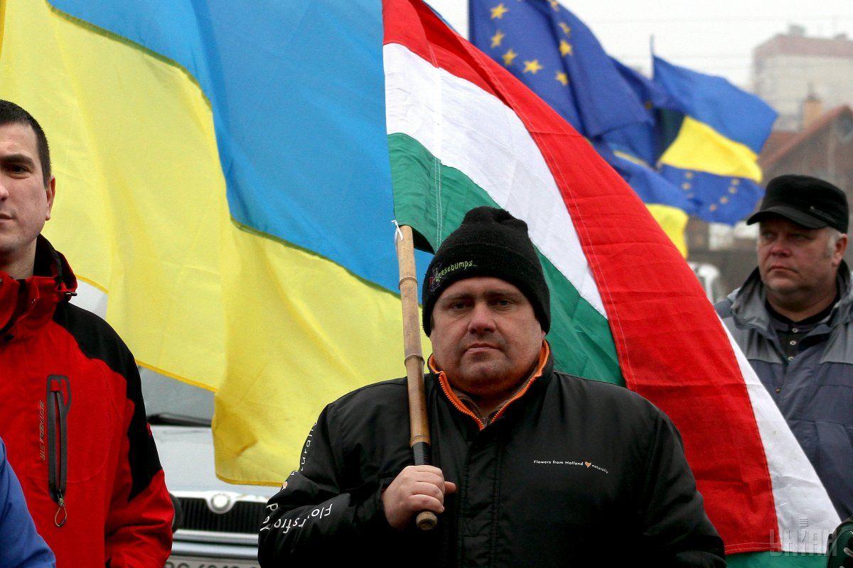 На Закарпатті майорять угорські прапори / Фото УНІАН