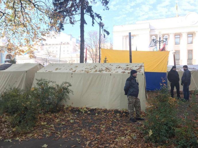 Мужчины охраняют вход к палаткам в Мариинском парке / фото УП