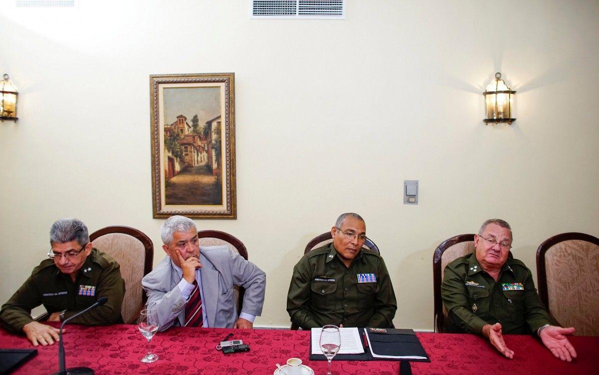 Полковник МВД Кубы Рамиро Рамирез (справа) и другие участники расследования / REUTERS