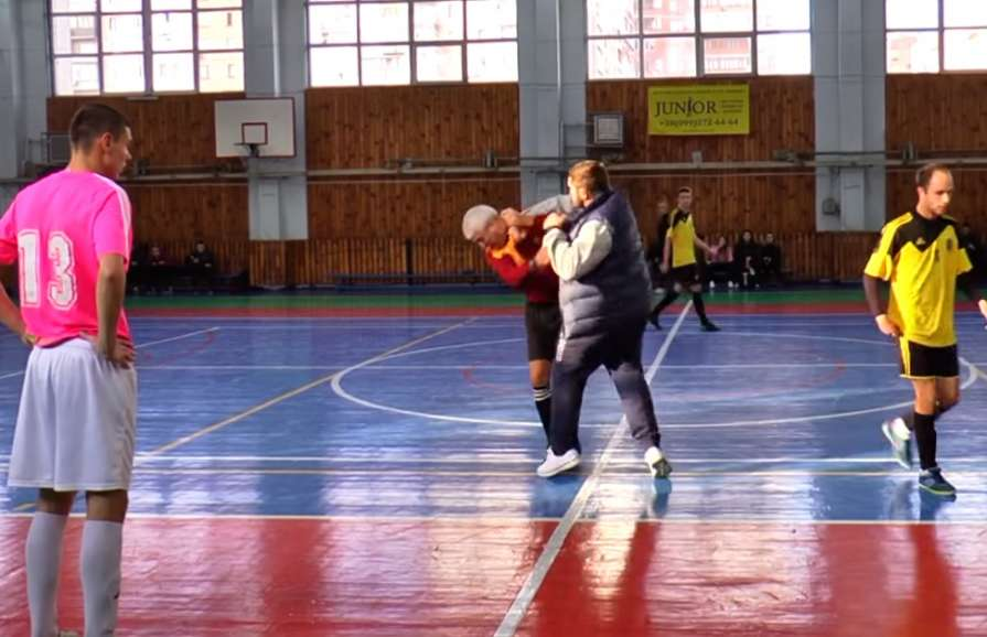 Тренер украинской мини-футбольной команды нокаутировал судью вовремя матча