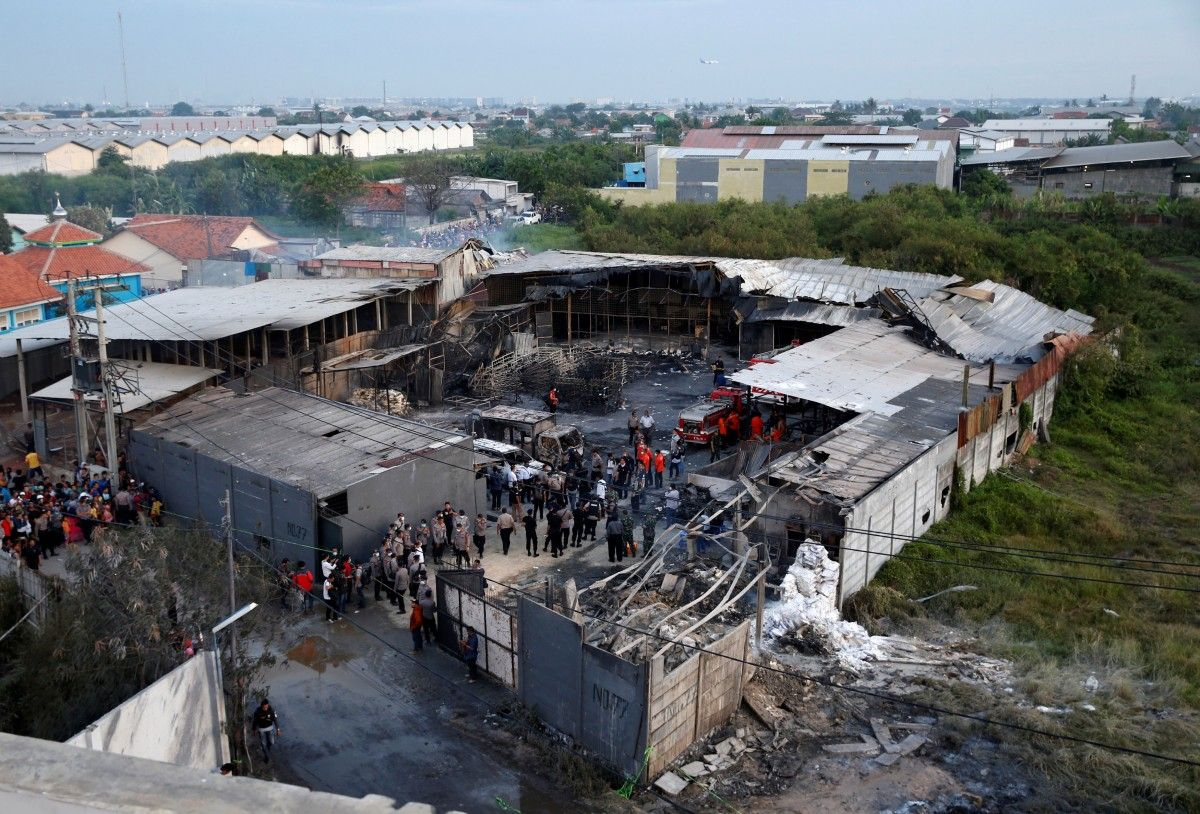 Последствия взрыва на заводе в Индонезии / REUTERS