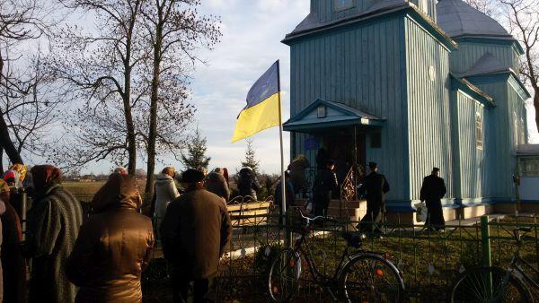 Громада УПЦ КП заходить у церкву УПЦ у Грибовиці, 6 грудня 2015 року / life.pravda.com.ua