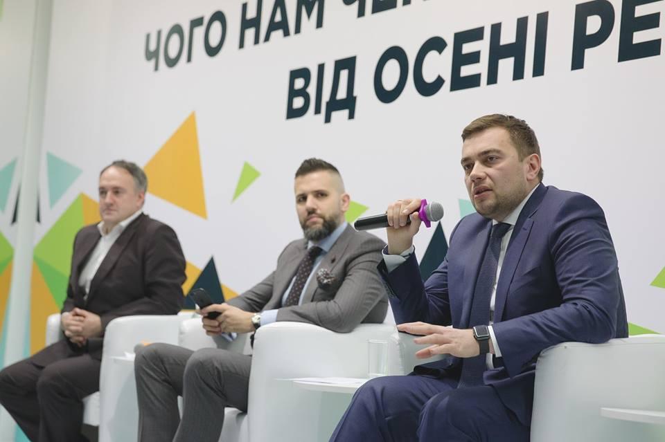 Мартынюк подчеркнул, что 17 лет мифотворчества на тему земельного моратория не могут быть нивелированы одномоментно
