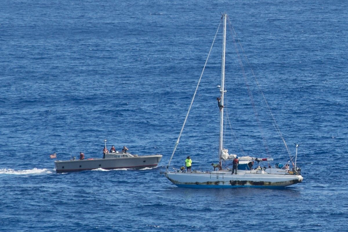 Во время шторма у яхты сломался двигатель / фото navy.mil
