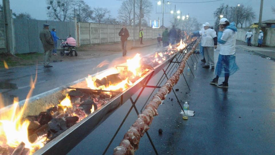 В Житомире приготовили самый длинный шашлык / фото Facebook Лана Ветрова