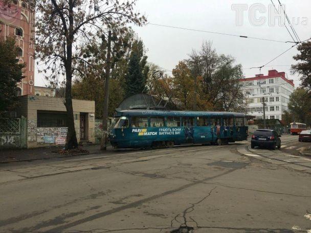 Трамвай частично перекрыл проезжую часть / фото tsn.ua