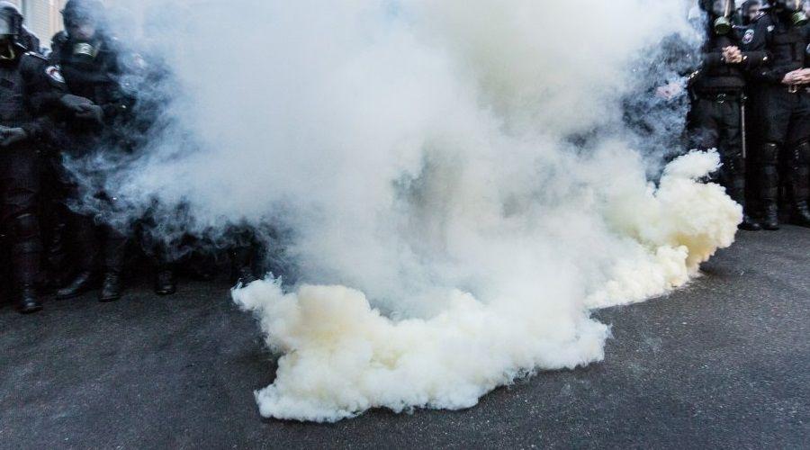 Зловмисники кинули димові шашки та зникли на автомобілях / Фото УНІАН