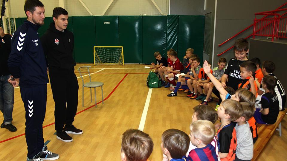Малышев стал гостем футбольного лагеря в Академии современного образования / shakhtar.com