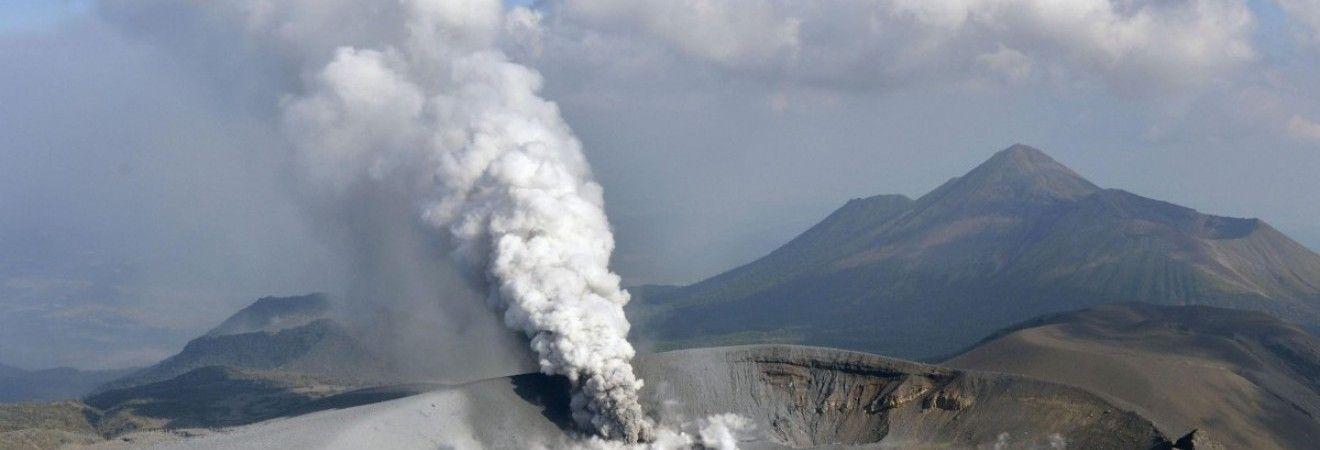 В Японії продовжує вивергатися вулкан Сіммое