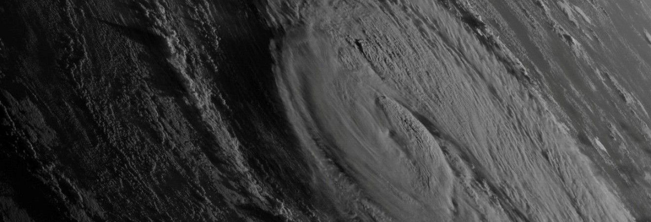 """Буревій """"Офелія"""" накрив Ірландію: зірвані дахи, повалені дерева і перша жертва (фото, відео)"""
