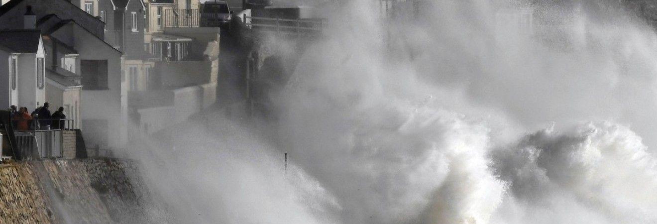 """Буревій """"Офелія"""": жертви, величезні хвилі і багряне сонце над Британією (фоторепортаж)"""