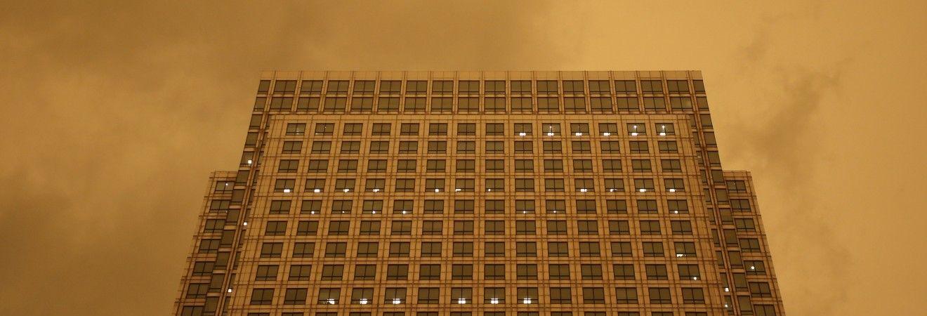 """Апокаліптичний пил, загиблі, зруйновані будинки та дороги: наслідки урагану """"Офелія"""" у Британії (відео)"""