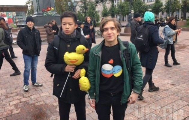 На Пушкінську площу в Москві декілька десятків молодих людей вийшли на  несанкціонований мітинг з вимогою відправити президента Росії Володимира  Путіна на ... 2ffe0a596a00b