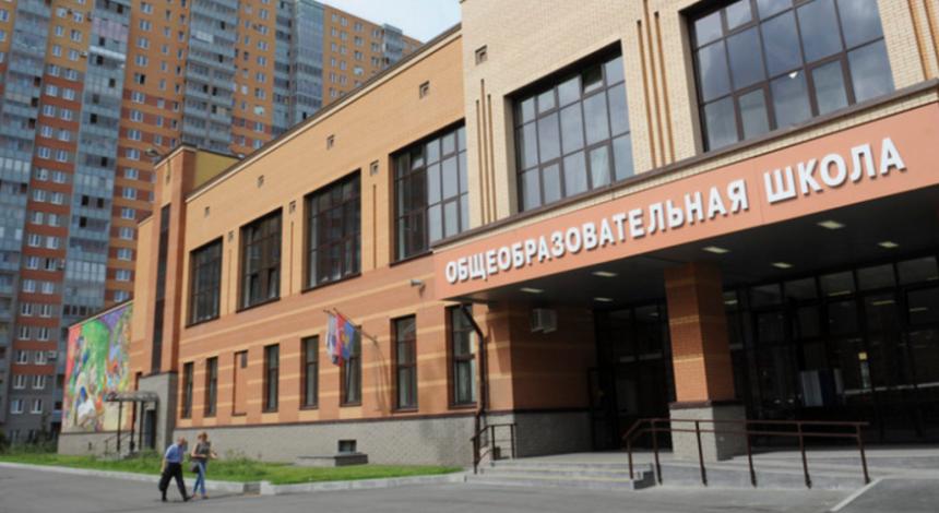 В российскую школу ученик принес топор, ножи, бензин и принял яд в кабинете директора