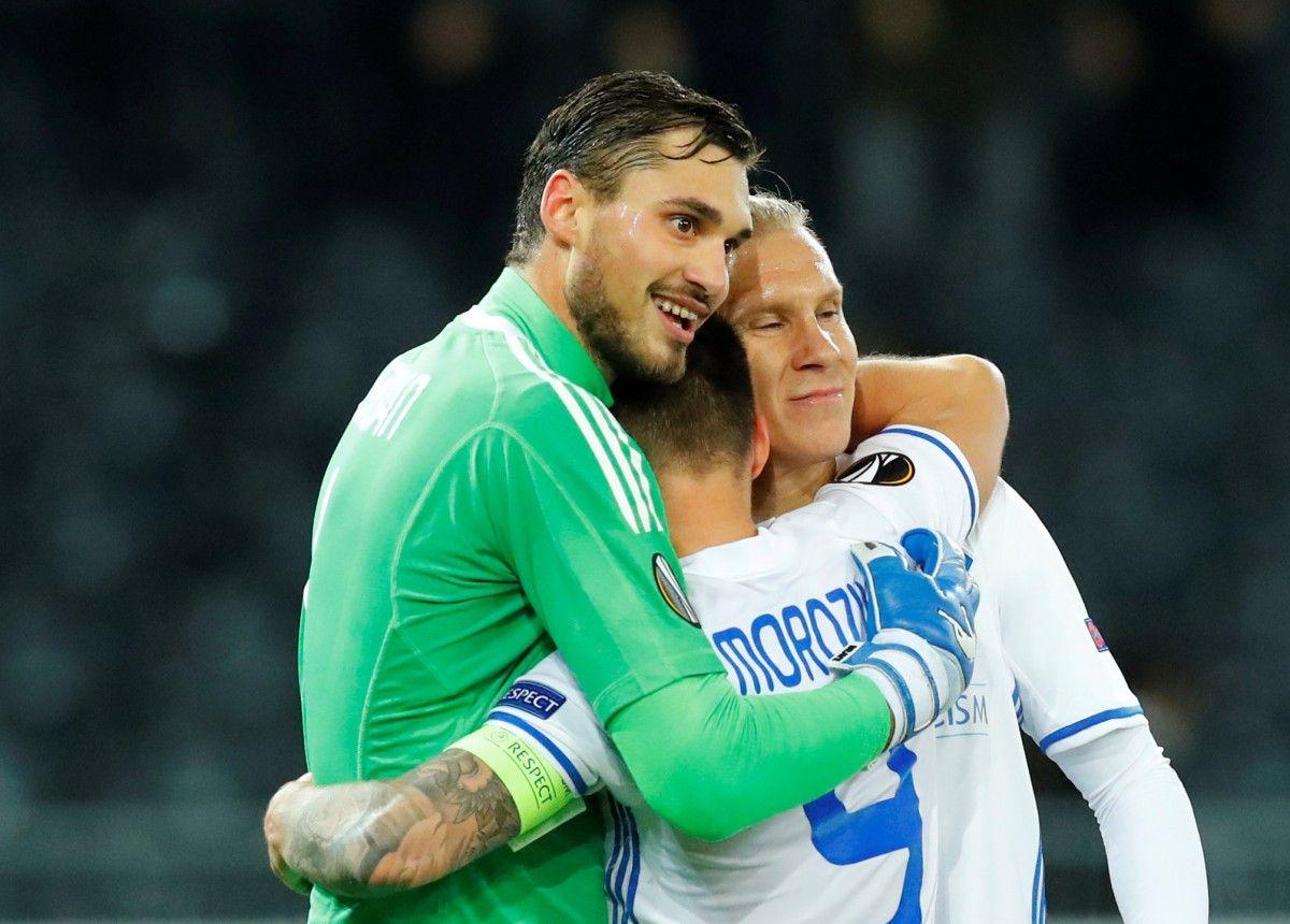 После дебютного матча в Еврокубках Бущан оказался в объятиях партнеров по команде - Морозюка и Веды / Reuters
