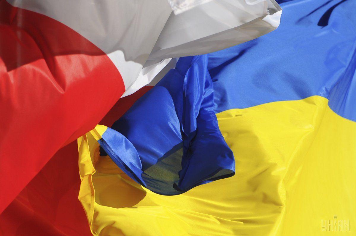 В то же время к украинскому посольству пришли также поляки, которые выразили солидарность с Украиной / фото УНИАН