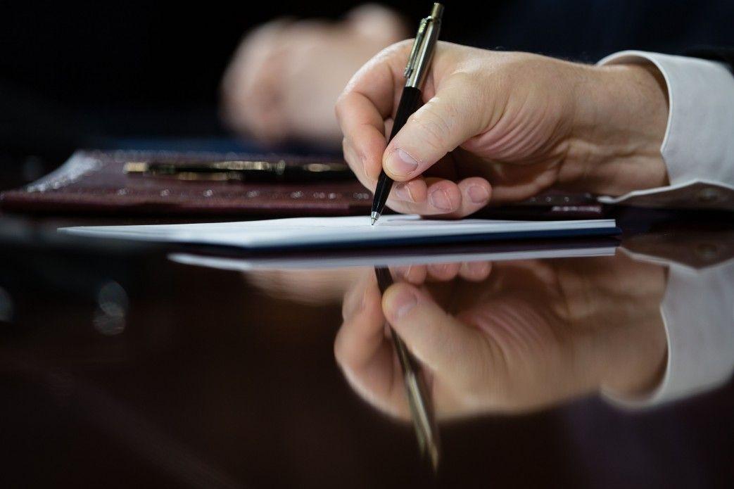 Злоумышленники расписывались за отсутствующих коллег / фото president.gov.ua