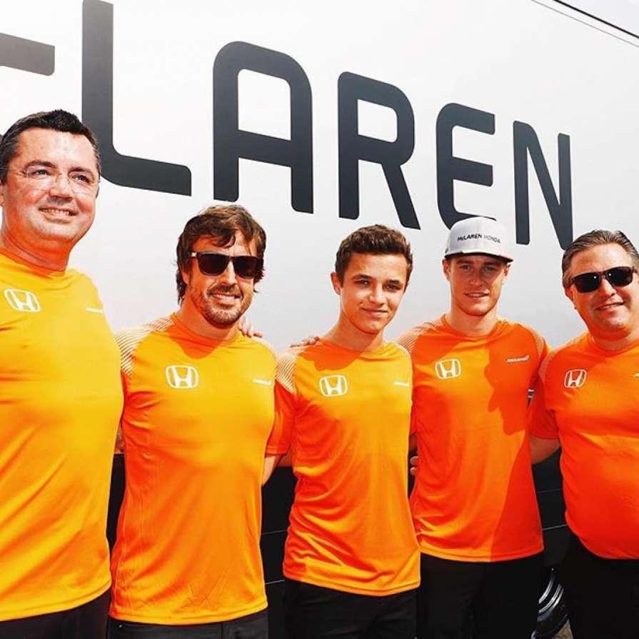Ландо Норрис (в центре) станет резервным гонщиком команды McLaren  / Instagram