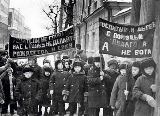 Воспитанники детских садов Бауманского района Москвы с антирелигиозными плакатами на демонстрации. 1928 г.