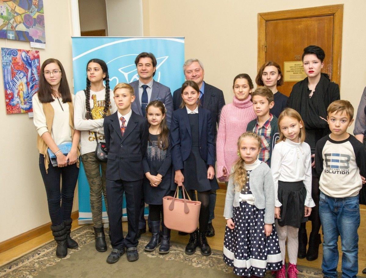Игорь Янковский c Евгений Нищук и победители пяти конкурсов детского рисунка