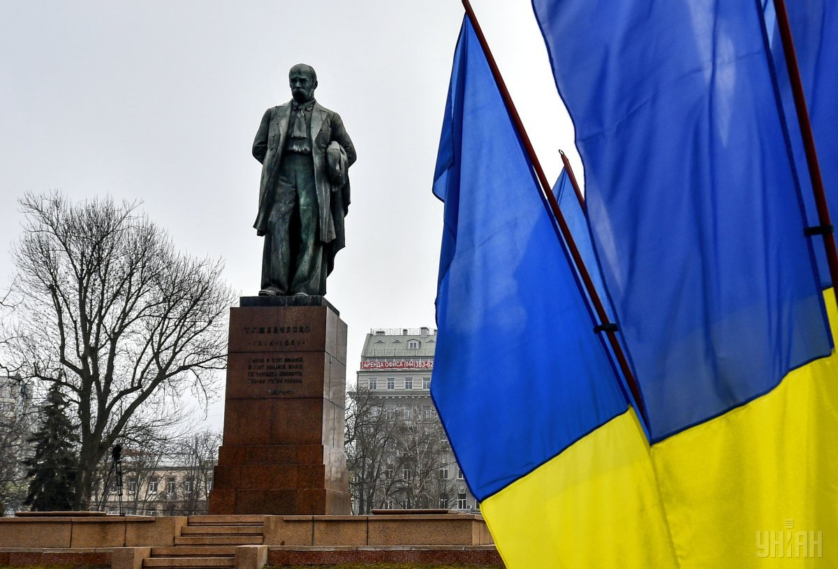 Активісти принесли до пам'ятника Шевченкові квіти / фото УНІАН