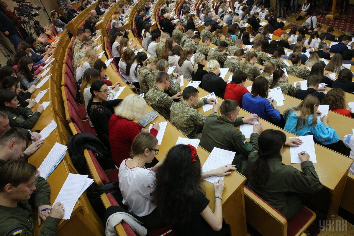 В День украинской письменности и языка проходит традиционное написание диктанта национального единства / фото УНИАН