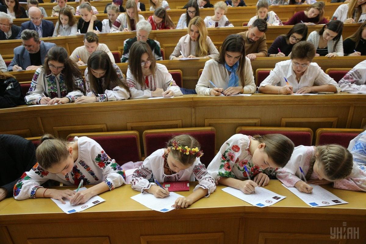 В течение года стипендии президента будут получать ученица 9 класса и студентка педагогического колледжа / Фото УНИАН