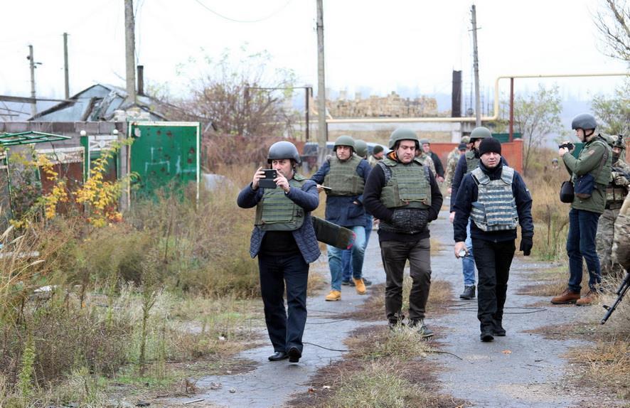 Грузинские парламентарии осмотрели разрушенные российскими наемниками жилые кварталы / фото mil.gov.ua