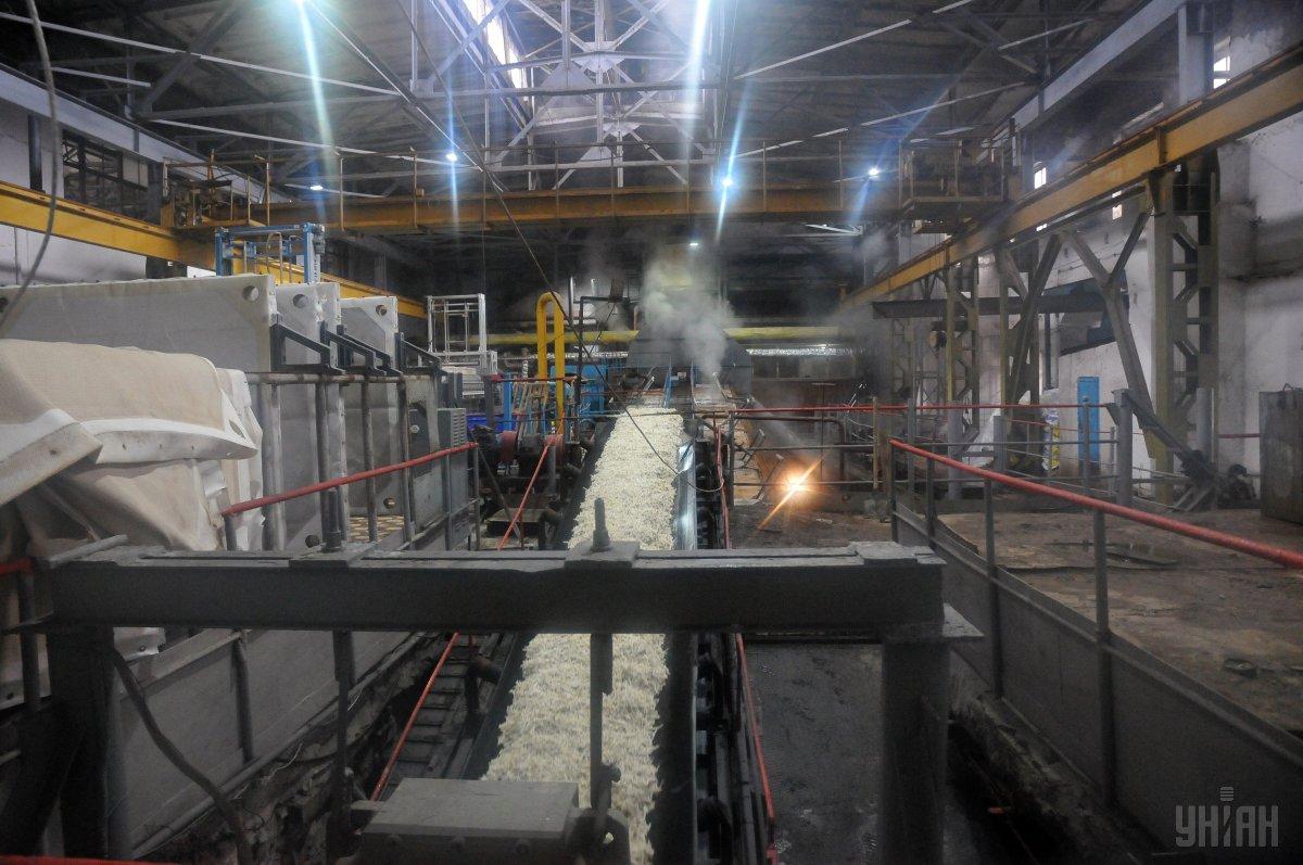Заводи в Україні вже виготовили з нового врожаю перші 20 тисяч тонн цукру / фото УНІАН