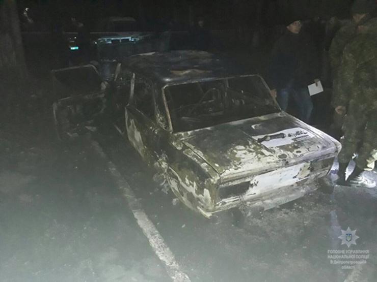 на Дніпропетровщині невідомі вистрілили з ручного протитанкового гранатомета в автомобіль, де перебували двоє поліцейських / фото ГУ Нацполиции Дніпропетровської області