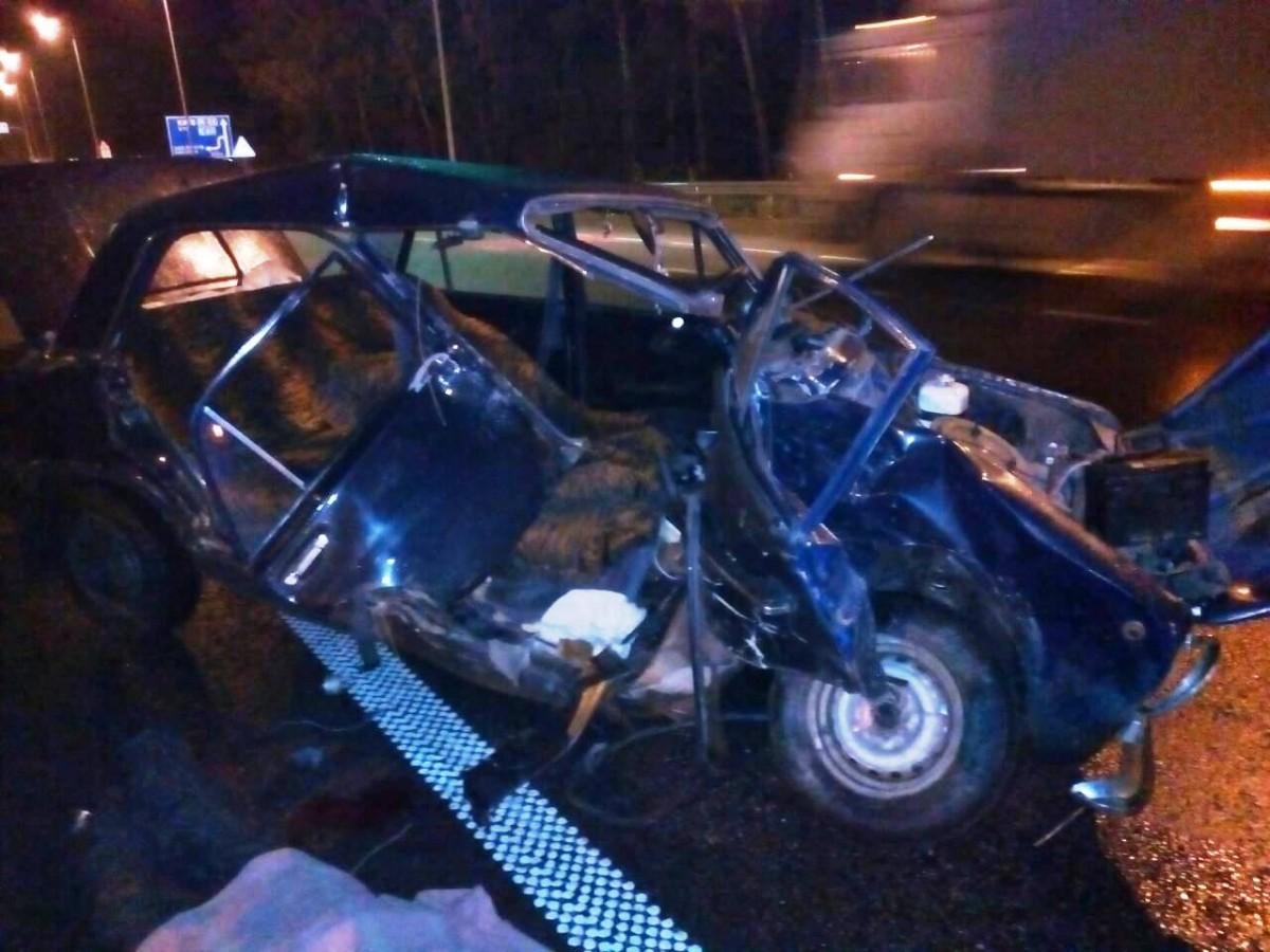 Бійці ДСНС за допомогою шанцевого інструменту деблокували тіло загиблого з пошкодженої автівки / фото ДСНС у Житомирській області