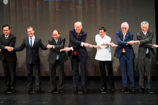 Медведев, Трамп и азиаты держатся за руки