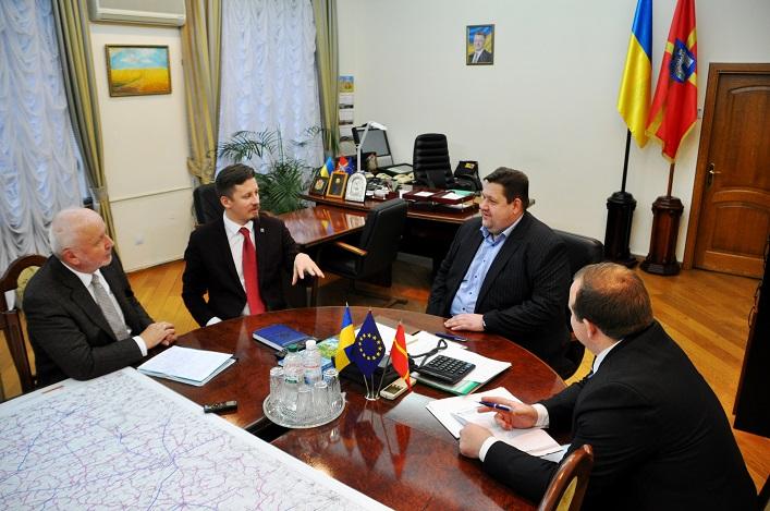 Сьогодні ж Гундич обговорив із цим  експертом результати тренінгів / фото oda.zt.gov.ua