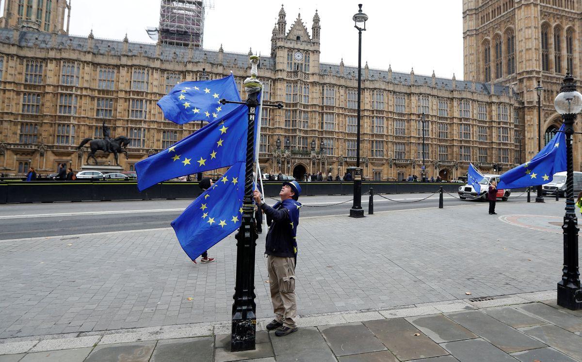 Флаги ЕС на фоне парламента Великобритании / REUTERS