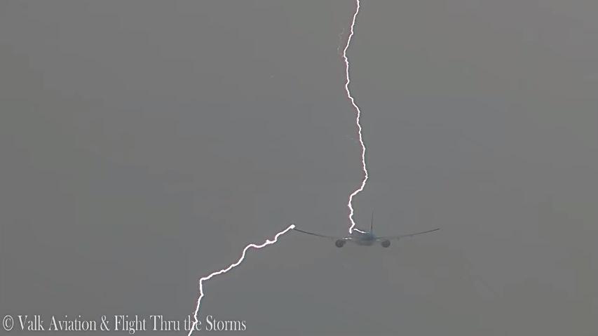 Блискавка літакам не страшна / скріншот відео Valk Aviation