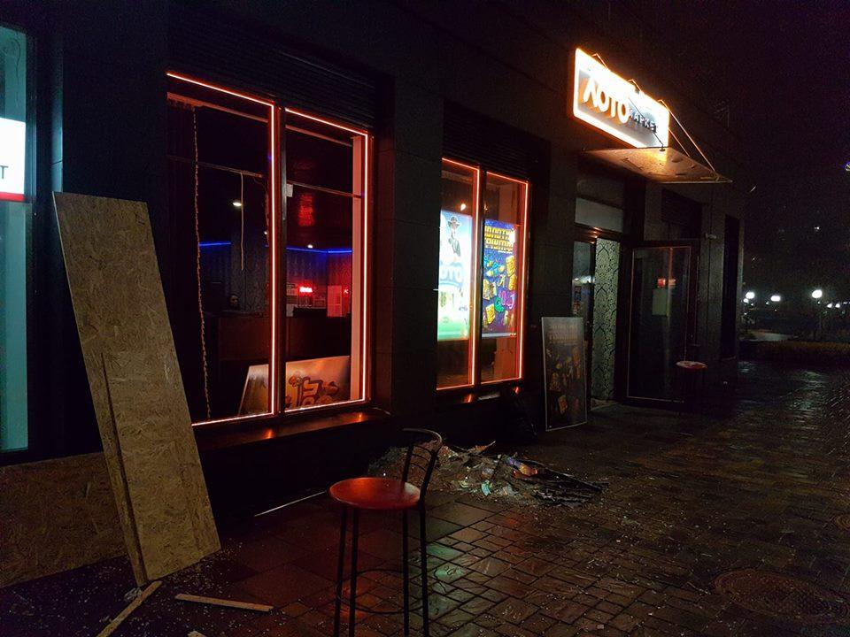 В самом заведении вдребезги разбитые окна / фото Оля Вязенко, Facebook