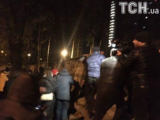 Сутички виникли між охороною забудовника та місцевими мешканцями / фото tsn.ua
