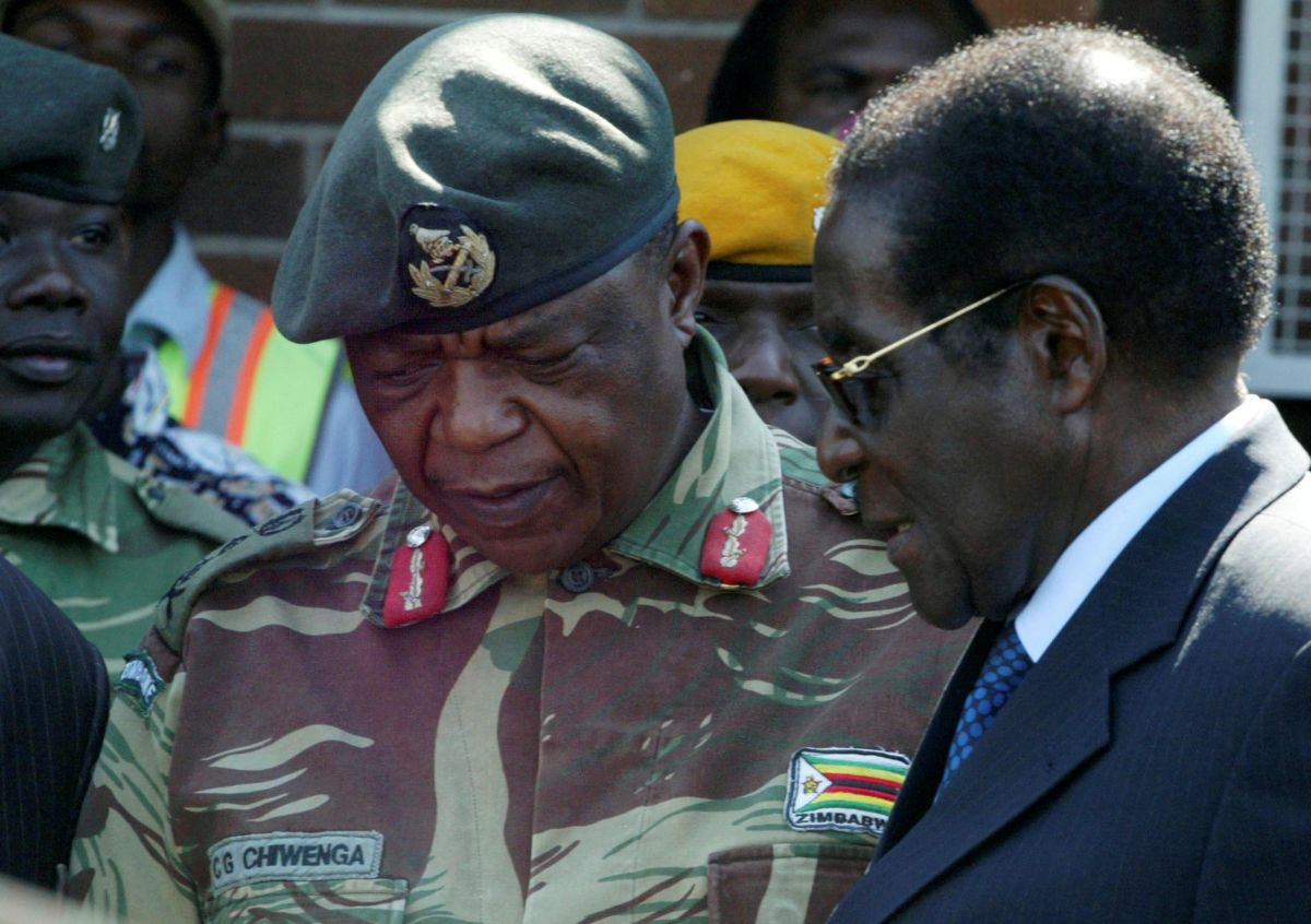 Константино Чивенга (слева) и Роберт Мугабе / REUTERS