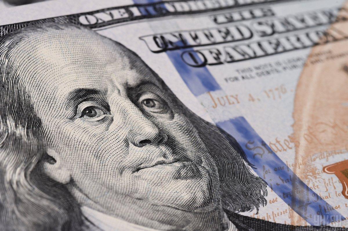 Чоловік запропонував поліцейському 100 доларів США  / фото УНІАН
