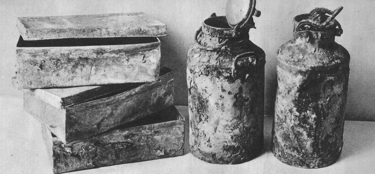 В этих контейнерах и бидонах подпольные историки прятали документы евреев. Фото: wikipedia.org