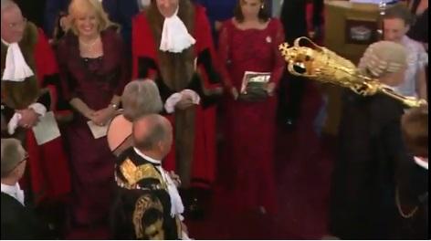 Прем'єр Британії ледь не отримала по голові церемоніальною булавою