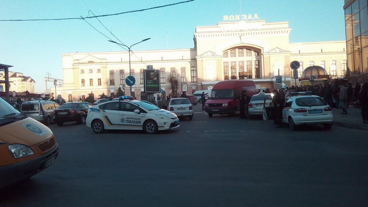 ВоЛьвове из-за сообщения овзрывчатке свокзала эвакуировали 400 человек