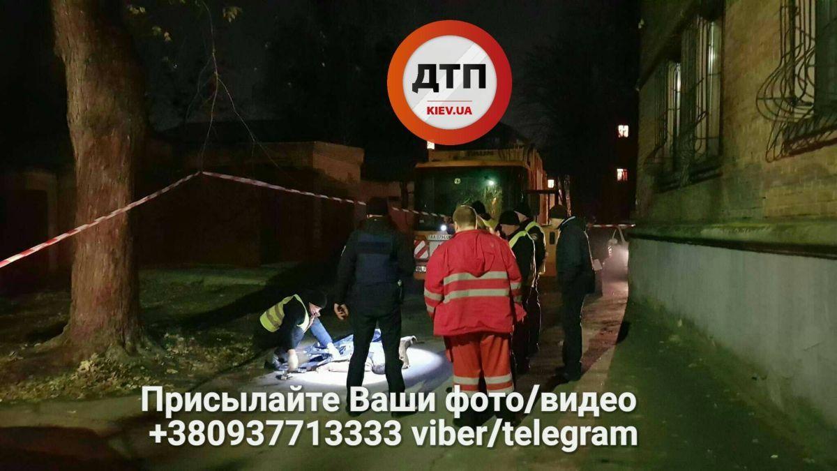 Мусоровоз переехал человека / фото facebook.com/dtp.kiev.ua