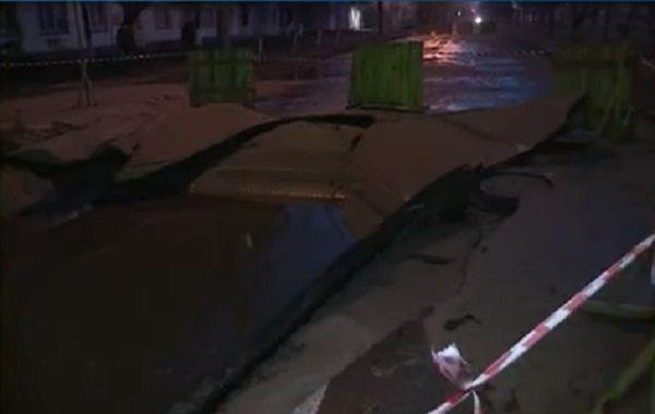 ВКиеве из-за прорыва трубы перекрыли бульвар Верховной Рады