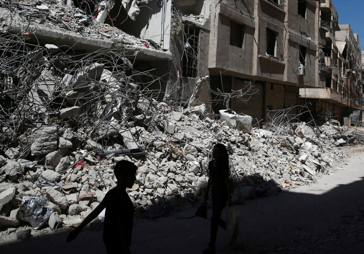 Дети на фоне руин в Сирии, иллюстрация / REUTERS