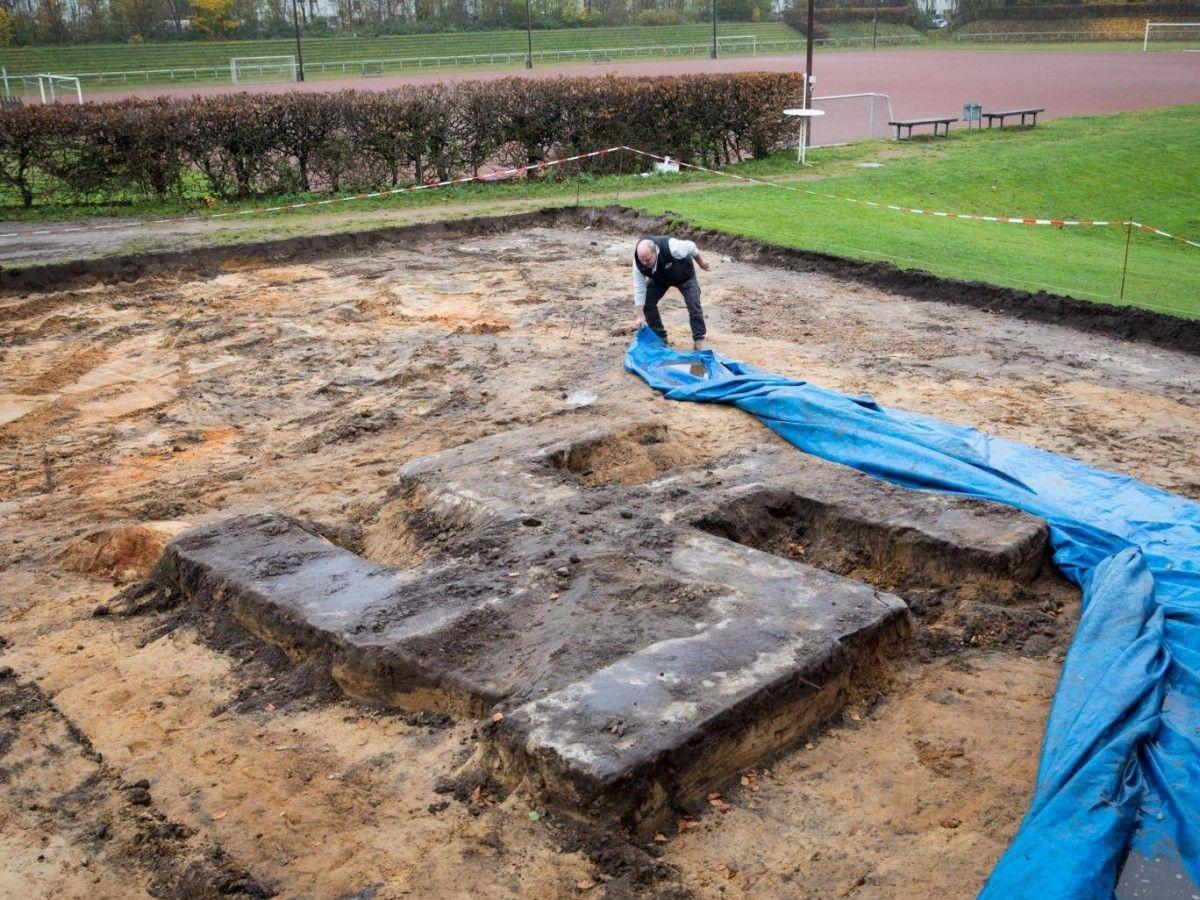 ВГермании строители случайно раскопали огромную бетонную свастику