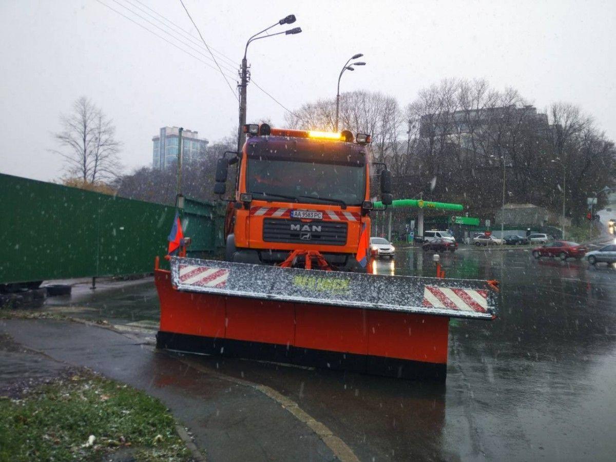 На дороги Києві виїхала снігоприбиральна техніка / facebook.com/kievavtodor